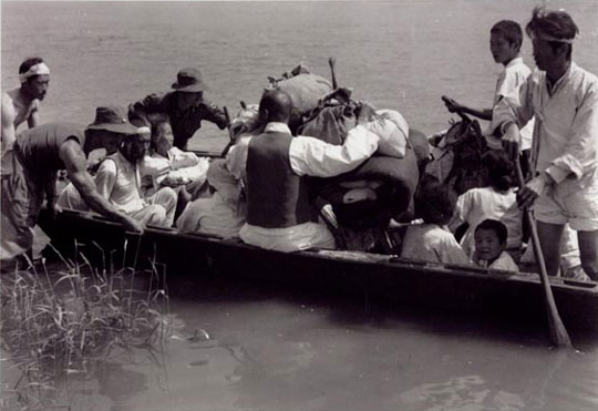 Refugees crossing the Imjin River