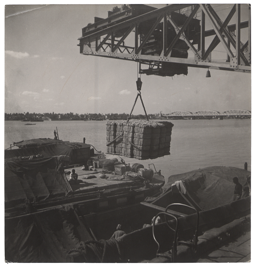 Jute from a Calcutta factory being loaded onto a freighter on the River Hooghly in West Bengal, 1944 (INF 14/432)