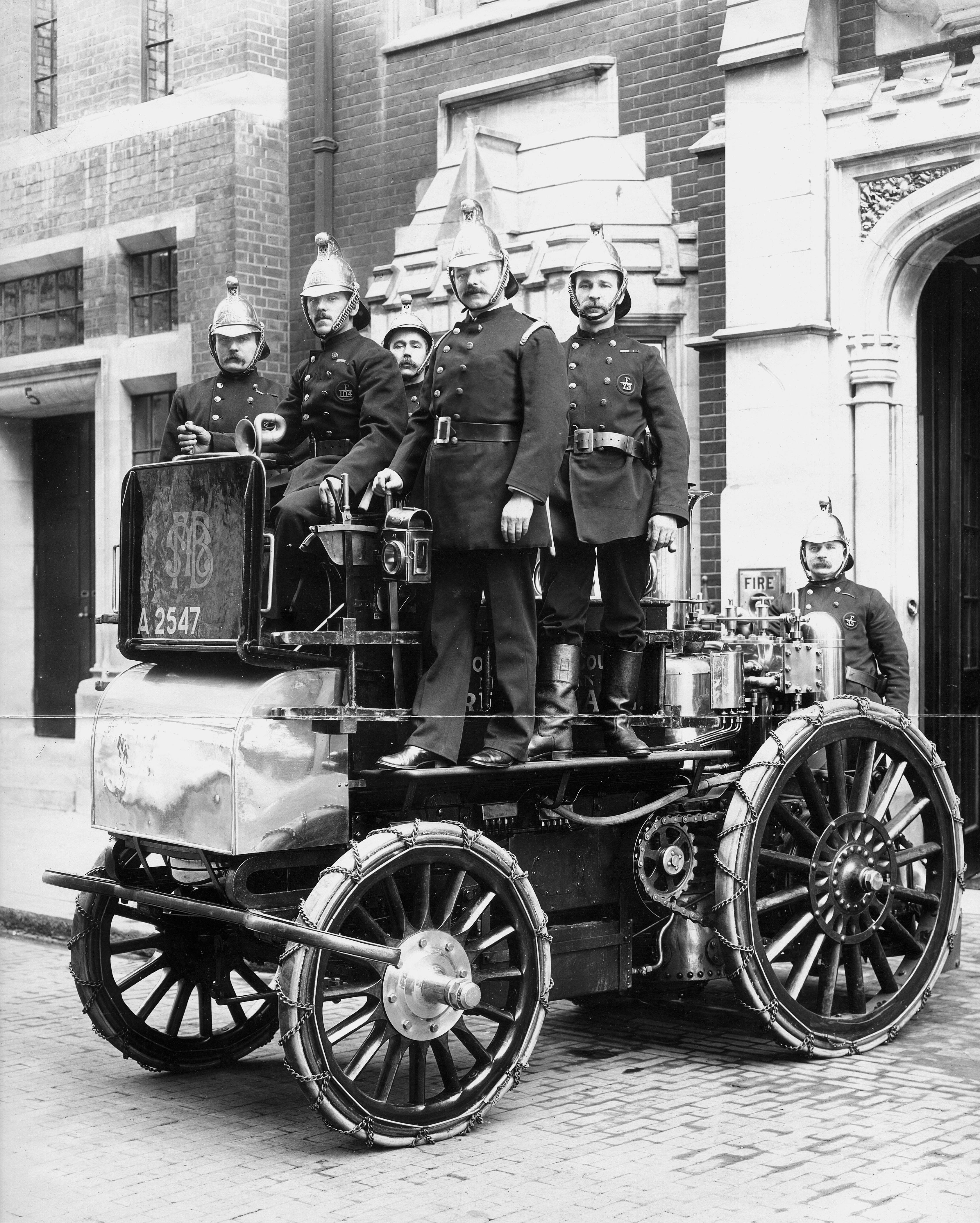 COPY1/475 (307) Motor fire engine outside Whitefriars Fire Station, London, 1904
