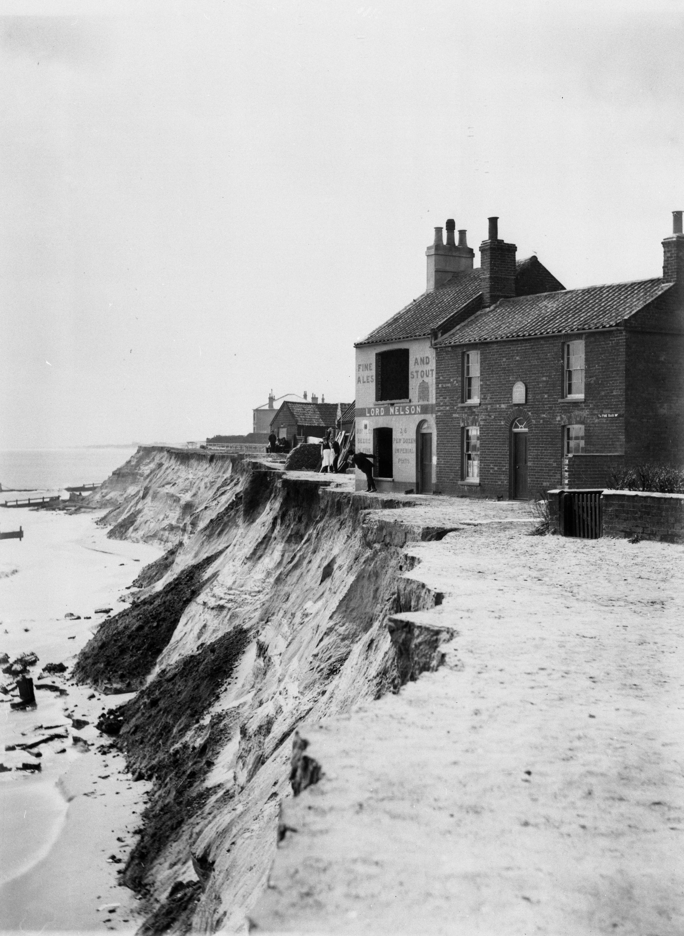 COPY1-461 Collapse of cliff by the Lord Nelson Public House at Lowestoft 1903